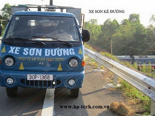 Xe tải phục vụ sơn kẻ đường: Công trình Xây dựng tuyến đường giao thông số II thuộc dự án Rừng quốc gia Đền Hùng